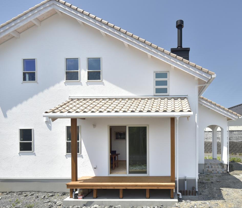 素焼き瓦の風合いが目を惹く、南欧風の家。/直方市